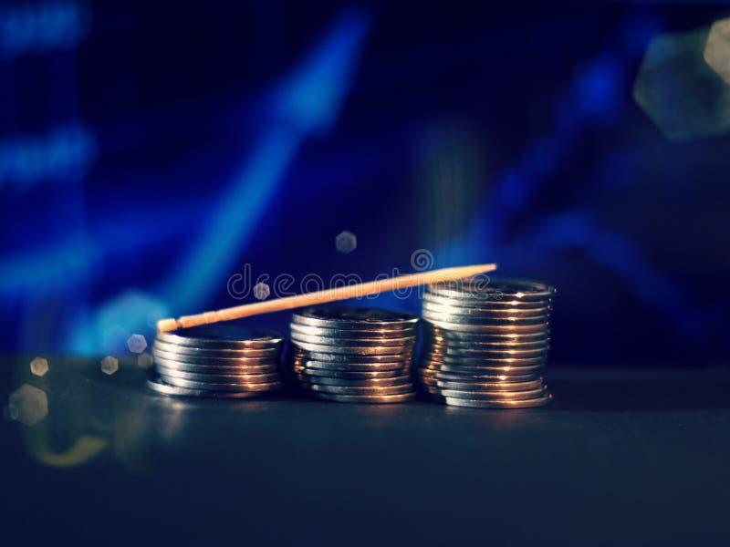 Pasos de la moneda con el fondo borroso gr?fico azul libre illustration