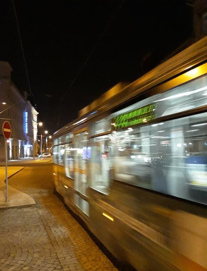 Pasos de la tranvía cerca en la falta de definición de movimiento, Olomouc, República Checa imagenes de archivo
