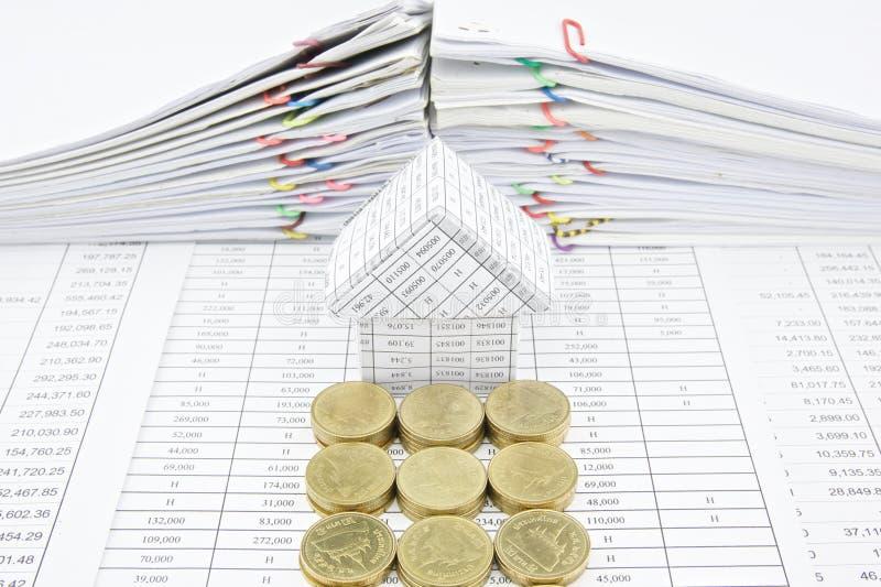 Pasos de las monedas de oro delante de la casa fotos de archivo