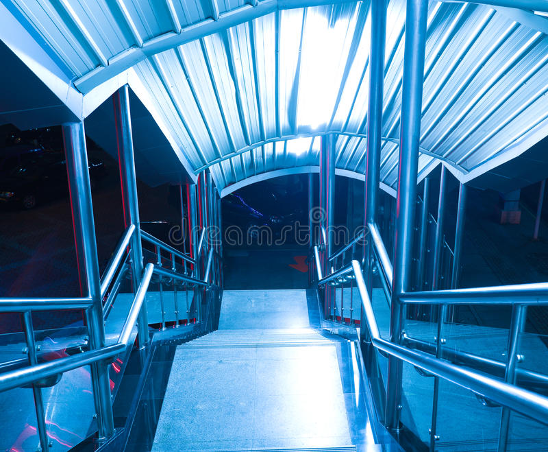 Pasos de mármol y carriles de la escalera del acero inoxidable fotos de archivo libres de regalías