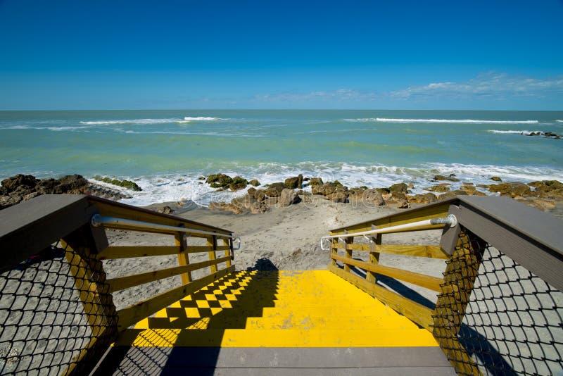 Pasos de madera a la playa y al océano imagen de archivo
