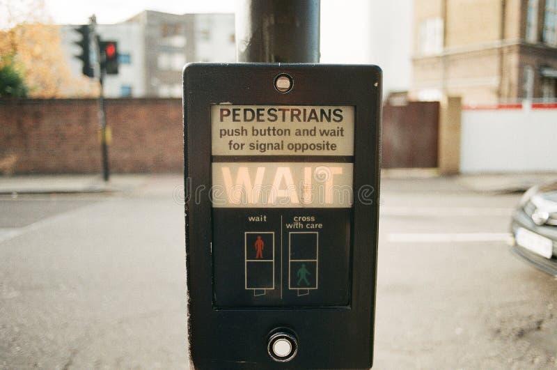 Pasos de peatones BRITÁNICOS tradicionales, semáforo imágenes de archivo libres de regalías