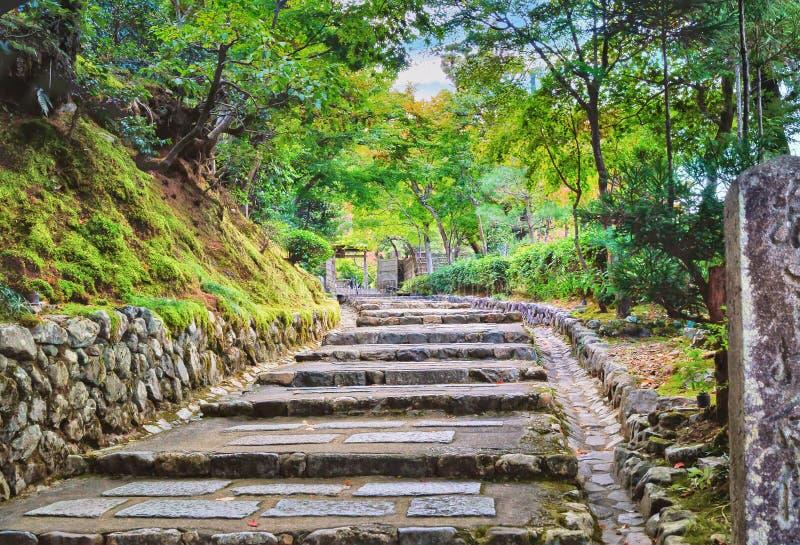 Pasos de piedra en jardín japonés tradicional cerca de Kyoto imagenes de archivo