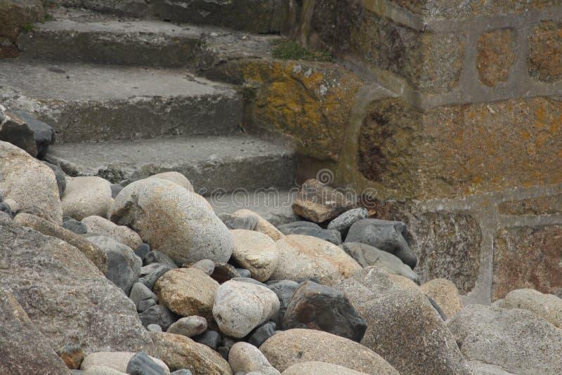 Pasos de piedra que llevan abajo a los guijarros fotos de archivo libres de regalías