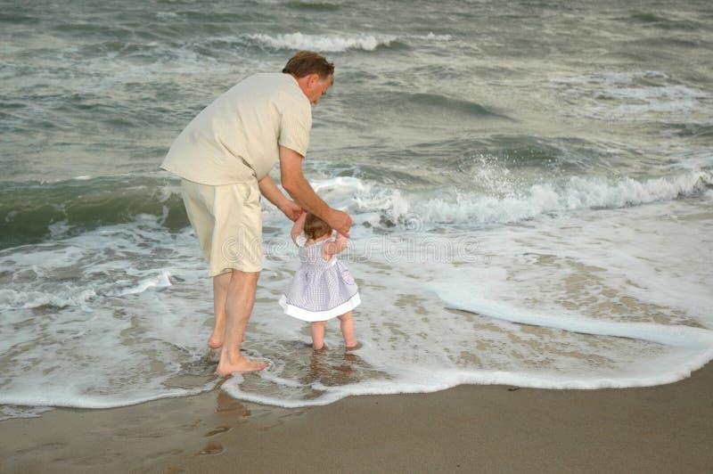 Download Pasos De Progresión De Bebé En El Mar Imagen de archivo - Imagen de océano, papá: 1295617