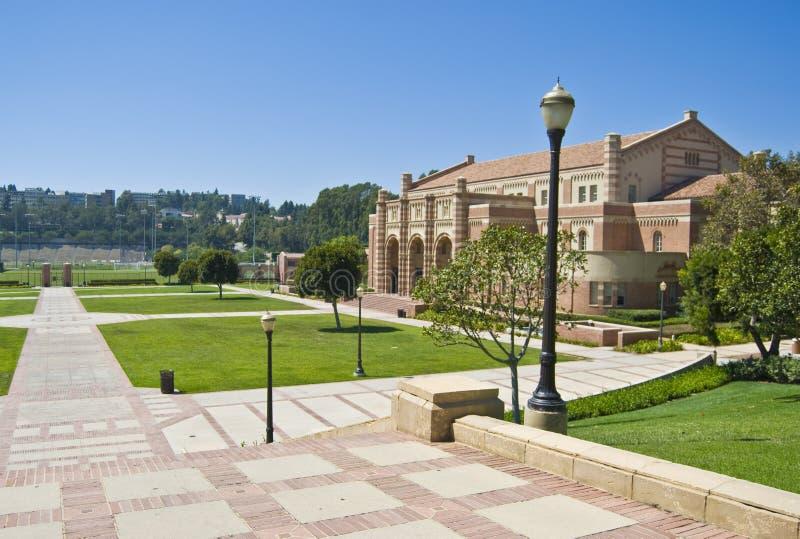 Pasos de progresión en el campus del UCLA imagen de archivo libre de regalías