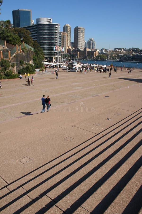 Pasos de progresión y parte del campo cercana a la red del teatro de la ópera de Sydney imágenes de archivo libres de regalías