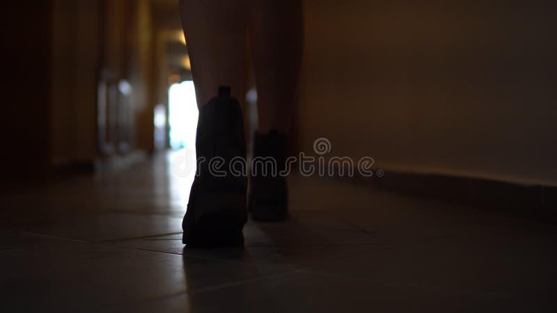 Pasos de siguiente de la mujer irreconocible en las botas que van a lo largo de la calzada imagen de archivo libre de regalías