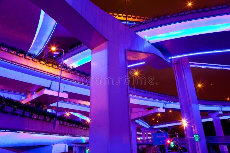 Pasos elevados iluminados, Shangai, China fotografía de archivo