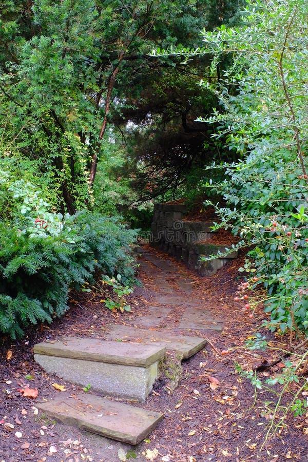 Pasos en jardín presentimiento fotos de archivo libres de regalías