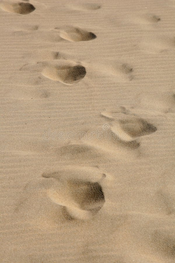 Pasos en la arena imagen de archivo