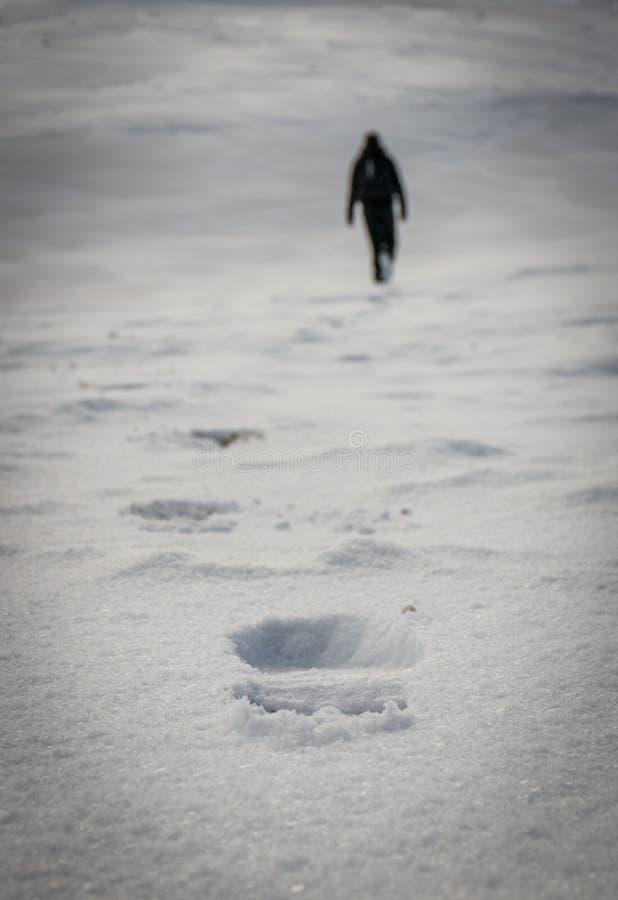 Pasos en la nieve fotos de archivo
