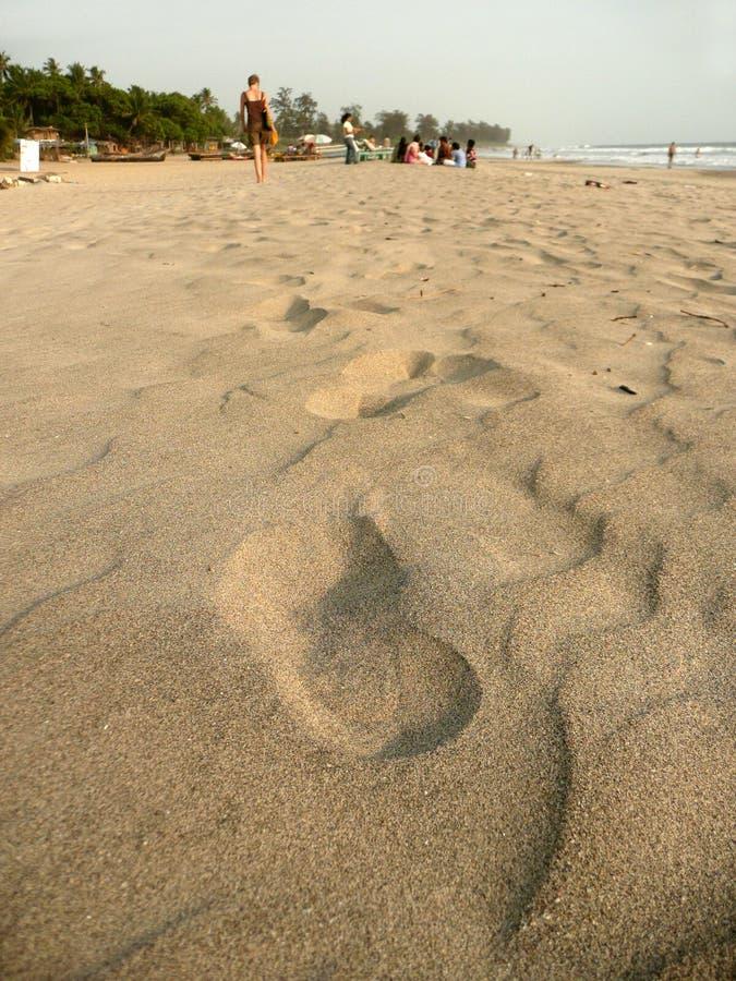 Pasos en la playa foto de archivo