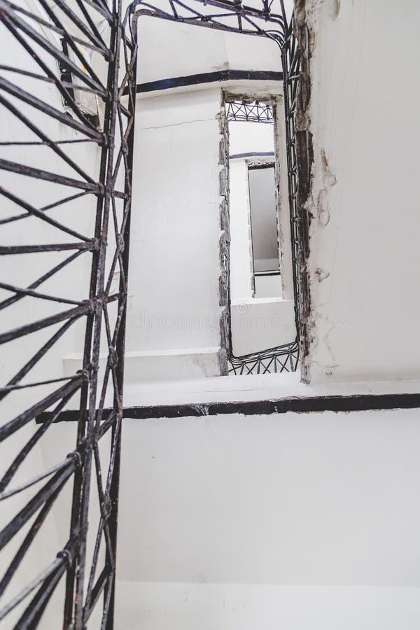 Pasos espirales rectangulares con los carriles del hierro imágenes de archivo libres de regalías