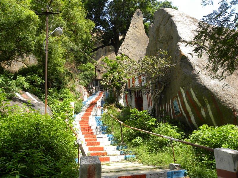 Pasos a ir al top de la montaña con las rocas grandes del granito y las plantas silvestres imagen de archivo
