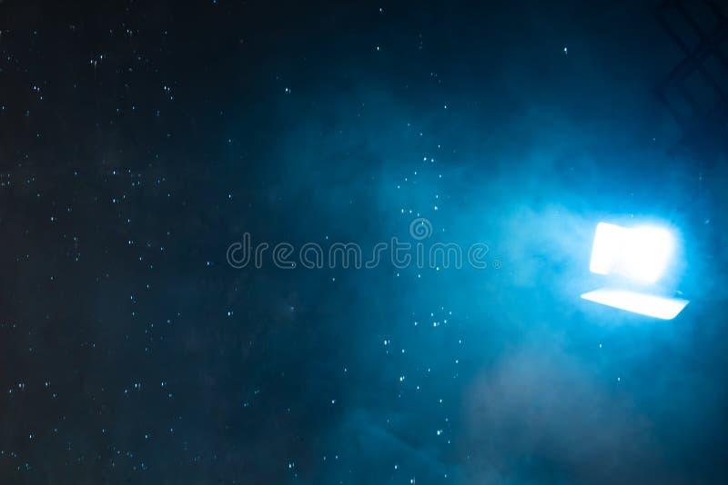 Pasos ligeros azules silenciados a través de la lluvia y de la niebla foto de archivo libre de regalías