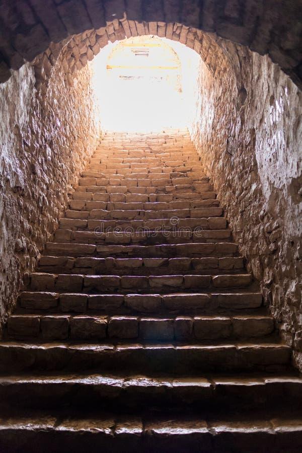 Pasos oscuros, pedregosos en el castillo de Palermo imagen de archivo