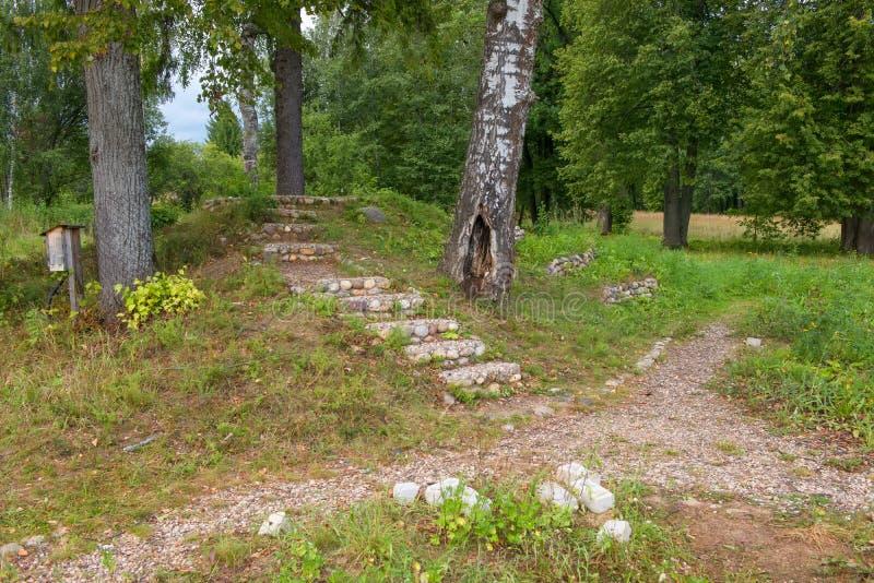 Pasos que llevan a la colina foto de archivo