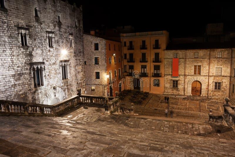 Pasos y cuadrado de la catedral en la noche en Girona fotografía de archivo