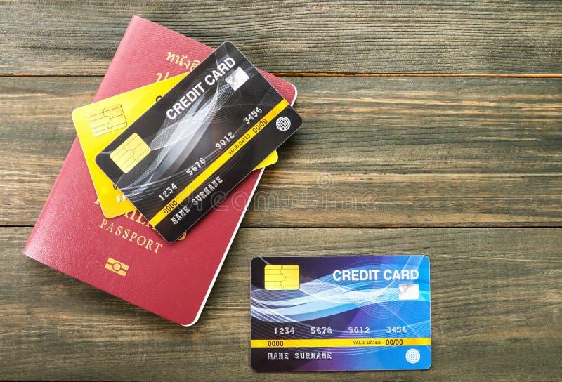 Paspoort en creditcard op de lijst royalty-vrije stock afbeelding