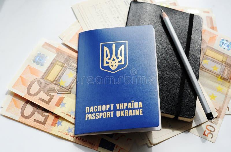 Paspoort en geld stock afbeeldingen