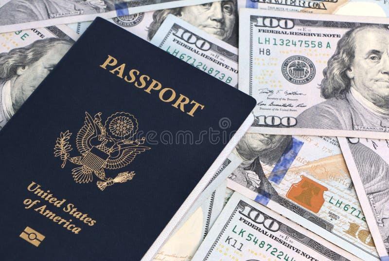 Paspoort en geld stock foto's