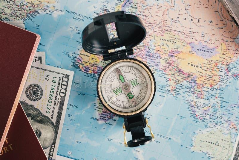 Paspoort, geld, kompas op kaart stock afbeeldingen