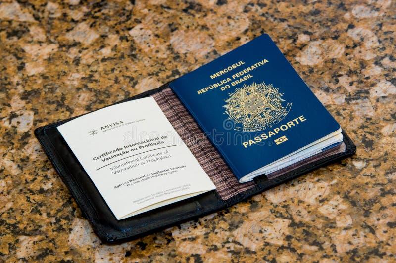 Paspoort met inentingsdocument royalty-vrije stock afbeelding