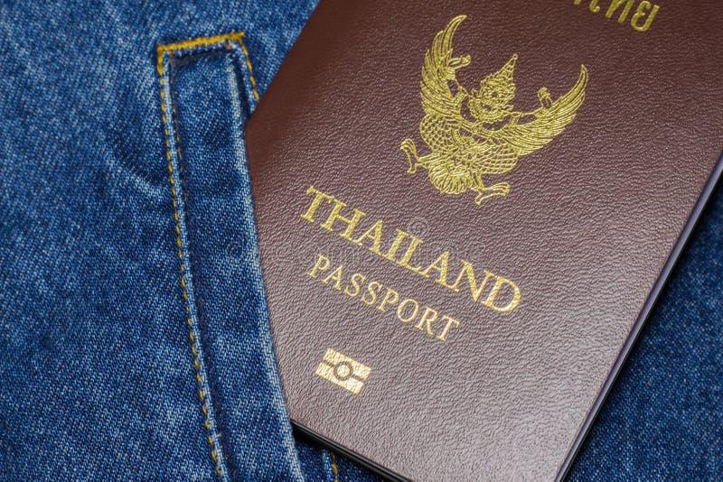 Paspoort op de jeans stock foto's