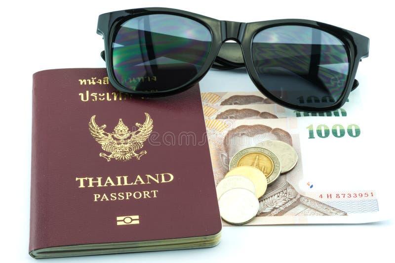 Download Paspoort, zonnebril & geld stock afbeelding. Afbeelding bestaande uit identificatie - 39104231
