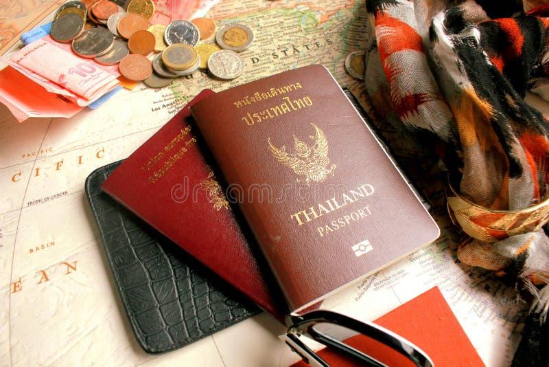 Pasport con i simboli del francaise di Republique e della Tailandia e di alcune monete sulla mappa di mondo fotografie stock libere da diritti