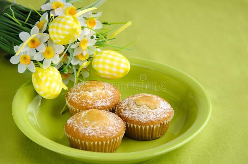 Pasqua agglutina sulla zolla con i fiori su verde fotografia stock
