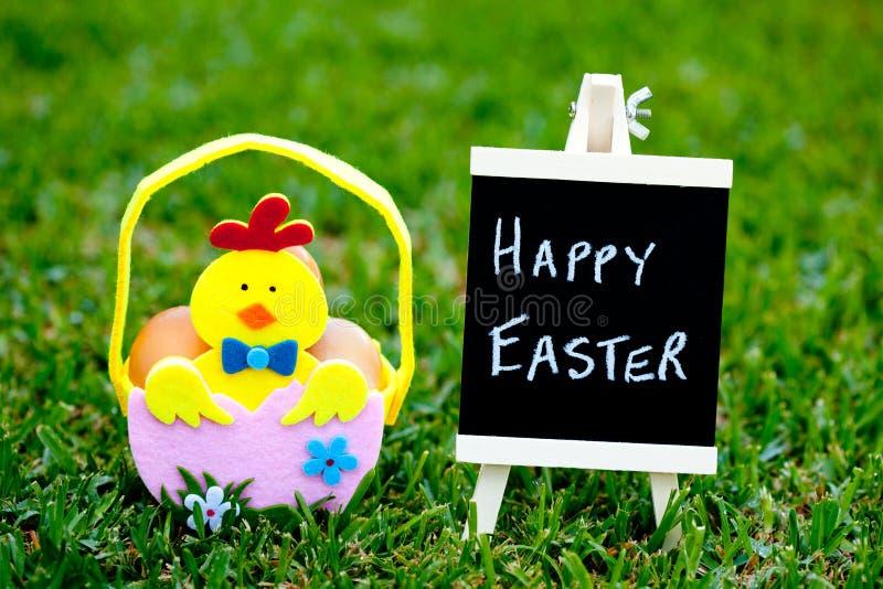Pasqua - Chick Easter Basket con la lavagna fotografie stock