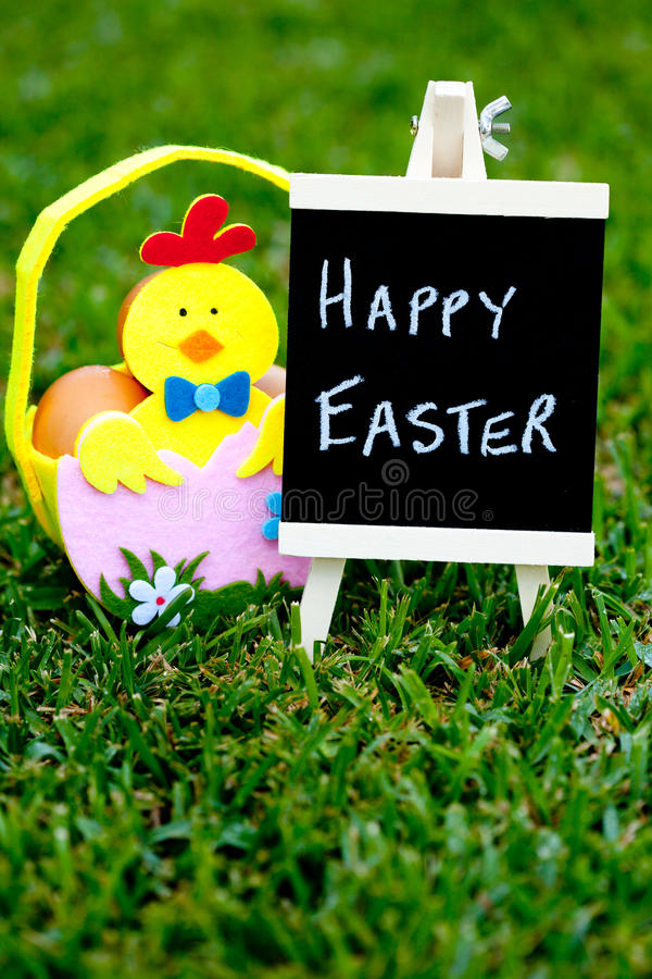 Pasqua - Chick Easter Basket con la lavagna immagini stock