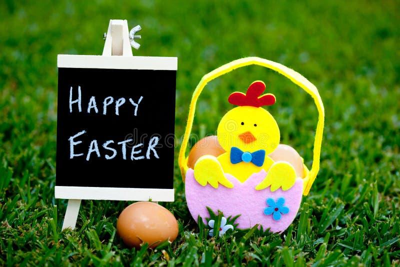 Pasqua - Chick Easter Basket con la lavagna fotografia stock