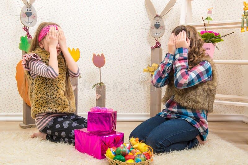 Pasqua - due sorelle, amica hanno sorpreso il regalo di Pasqua fotografia stock