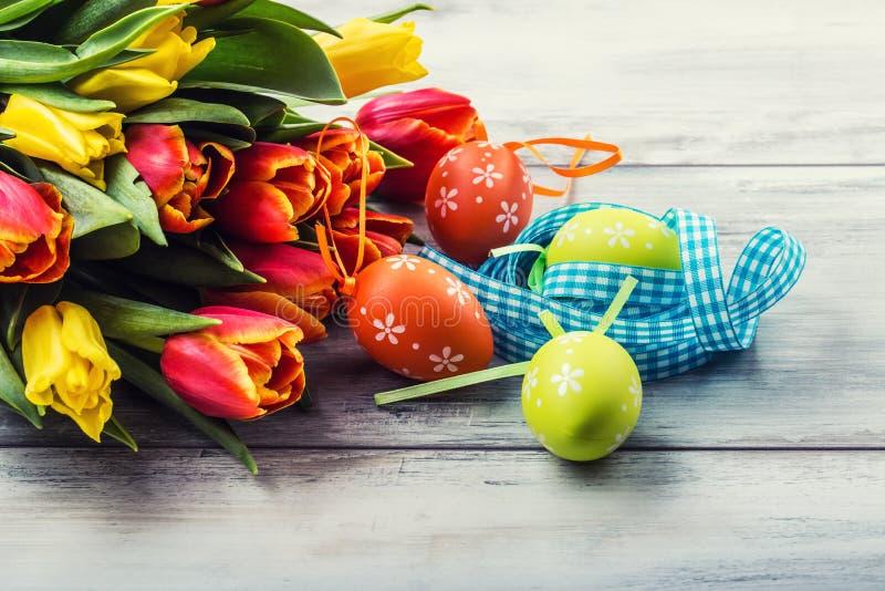 Pasqua felice tulipani multicolori della molla ed uova di - Decorazioni primavera ...