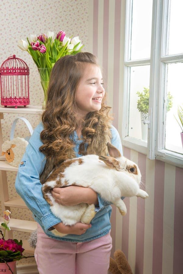 Pasqua - gli amori della bambina vivono coniglio fotografie stock