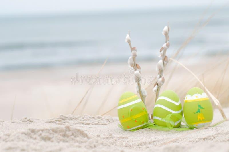 Pasqua ha decorato le uova sulla sabbia immagini stock libere da diritti
