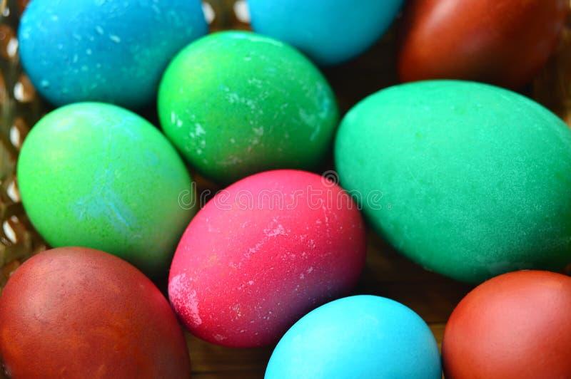 Pasqua ha verniciato le uova multicolored Lotti delle uova del pollo e di uno zero immagine stock libera da diritti