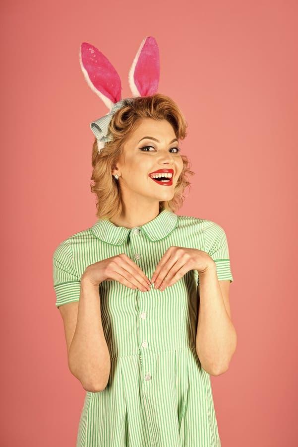 Pasqua, trucco, partito del pinup, ragazza in orecchie di coniglio fotografia stock libera da diritti