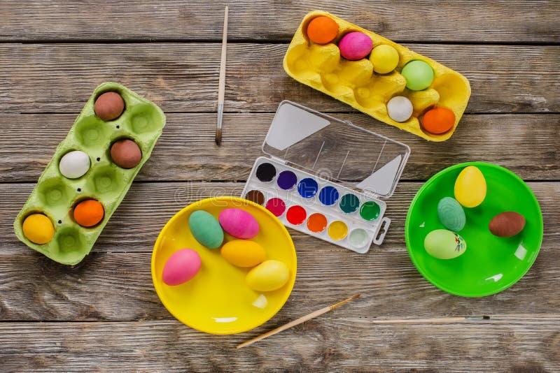 pasqua Una famiglia felice dipingerà le uova e si preparerà per Pasqua fotografia stock libera da diritti