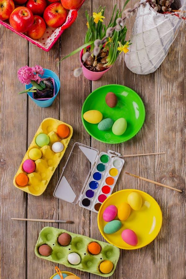 pasqua Una famiglia felice dipingerà le uova e si preparerà per Pasqua immagini stock libere da diritti