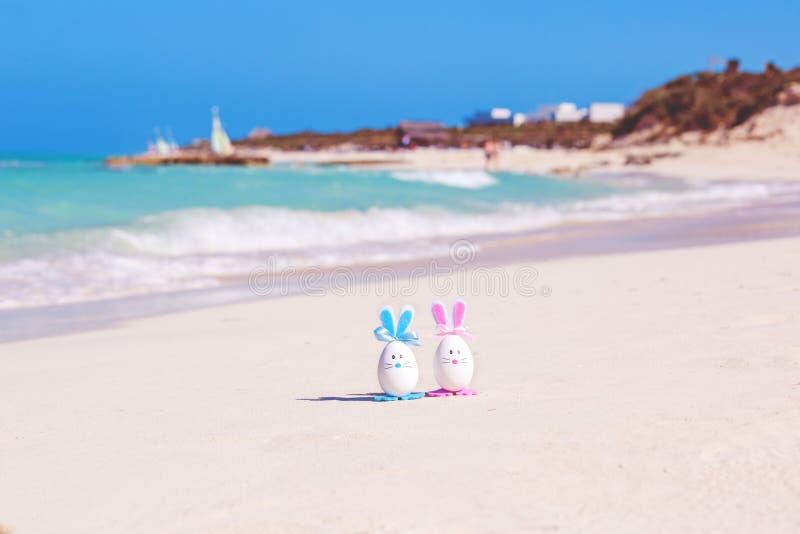 Pasqua, uova di Pasqua sulla spiaggia, sull'oceano e sul mare immagine stock libera da diritti