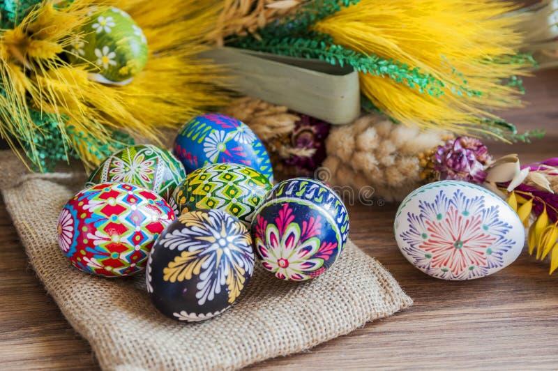 pasqua Uova di Pasqua variopinte con una palma immagini stock libere da diritti