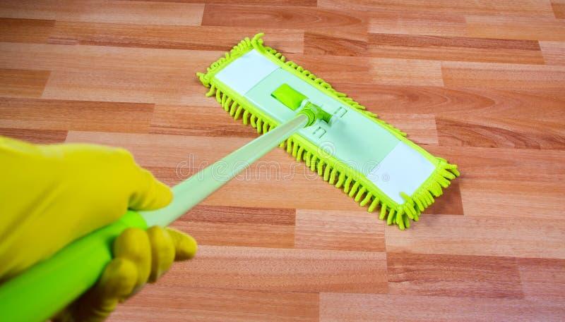 Pass lo straccioare sul lavaggio del pavimento immagine stock