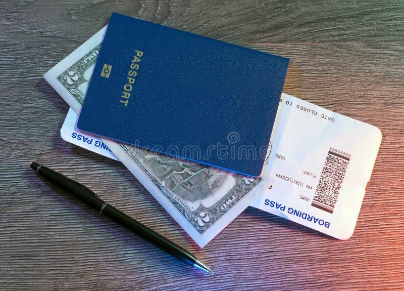 Pass logipasserande, dollar, penna som ligger på trätabellen royaltyfria bilder