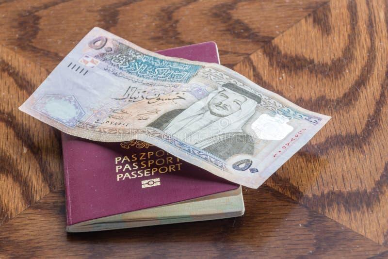 Pass med 50 jordanska dinar på trätabellen royaltyfria bilder