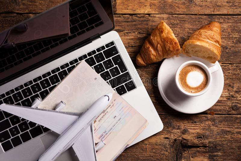 Pass med tillträdesvisumet och, nivån för bärbar datormodellluft och kaffe royaltyfri foto