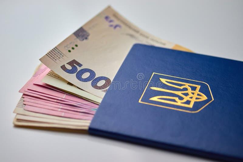 Pass mit LandeswährungsPapiergeldabschluß herauf Ansicht des Bargeldes stockbilder